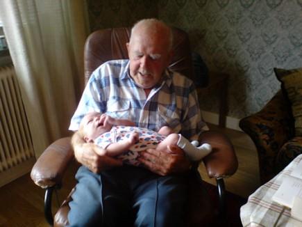 Farfar håller lille Theo